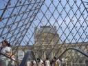 l'ingresso  del Louvre visto dall'interno